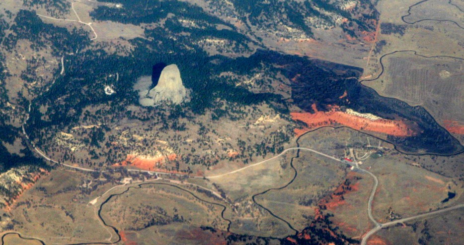 Devils_Tower_aerial.jpg By Doc Searls from Santa Barbara, USA (2010_11_06_sfo-bos_312  Uploaded by PDTillman) [CC BY 2.0 (http://creativecommons.org/licenses/by/2.0)], via Wikimedia Commons